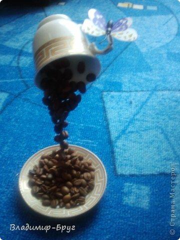 Сверляцца кофейные зерна дрелью маленьким сверлом. Стальная спица (здесь из зонтика)снизу загибается спиралью и клеется к блюдцу супер клеем Секунда. Зерна нанизываэтся на спицу и клеятся. фото 9