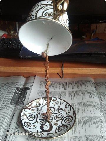 Сверляцца кофейные зерна дрелью маленьким сверлом. Стальная спица (здесь из зонтика)снизу загибается спиралью и клеется к блюдцу супер клеем Секунда. Зерна нанизываэтся на спицу и клеятся. фото 2