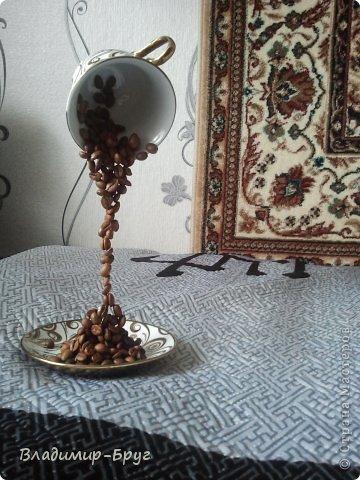 Сверляцца кофейные зерна дрелью маленьким сверлом. Стальная спица (здесь из зонтика)снизу загибается спиралью и клеется к блюдцу супер клеем Секунда. Зерна нанизываэтся на спицу и клеятся. фото 4