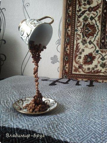 Сверляцца кофейные зерна дрелью маленьким сверлом. Стальная спица (здесь из зонтика)снизу загибается спиралью и клеется к блюдцу супер клеем Секунда. Зерна нанизываэтся на спицу и клеятся. фото 5