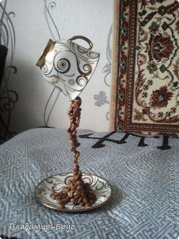 Сверляцца кофейные зерна дрелью маленьким сверлом. Стальная спица (здесь из зонтика)снизу загибается спиралью и клеется к блюдцу супер клеем Секунда. Зерна нанизываэтся на спицу и клеятся. фото 6