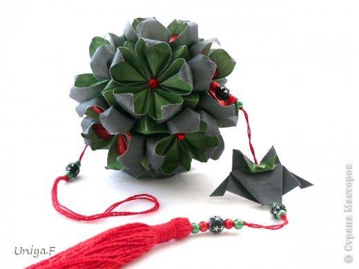 Всем большой привет!  Представляю участниц флешмоба: кусудаму от Екатерины и летучую мышку от Наташи.  Сделать Наташину кусудаму я не успеваю, так что ее с успехом заменит оригами-модель Наташиного же авторства.   Name: Passiflora curle  Designer: Ekaterina Lukasheva  Units: 30 ( www.kusudama.me/#/Passiflora/Passiflora-curly ) + 30 insert ( https://stranamasterov.ru/node/373744 )  Paper: 7*7 sm   Final height: 9 sm  Joint: glue  Bat by Natalia Romanenko http://kusudama.info/2012/10/halloween/  Модуль я слегка переделала, вывернула вершинки. Это дало 2 возможности собрать без клея. Но один способ крепления не подходил из-за того, что я планировала широко раскрыть лепестки. А второй не прошел из-за упрямства моего крафта. Небольшие уголки все время выскакивали. В итоге все равно клей. фото 1