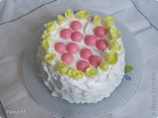 """На день рождения своей приятельницы захотелось ей подарить что-то необычное. Выбор пал на создание мыльного тортика. До этого никогда тортов из мыла не делала, поэтому этот тортик у меня пока первый и единственный. Торт состоит из 4 взбитых слоев, покрыт """"взбитыми сливками"""", ароматизирован шоколадом, вишней и капучино. Розочки, естественно, пахнут отдушкой """"роза"""". Может внешне торт получился не очень изысканным, но запах у него обалденный. Так и хотелось откусить кусочек. В общем, сюрприз удался, все решили, что торт самый настоящий. фото 2"""