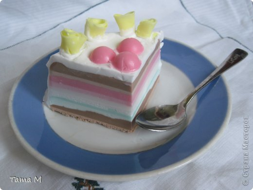 """На день рождения своей приятельницы захотелось ей подарить что-то необычное. Выбор пал на создание мыльного тортика. До этого никогда тортов из мыла не делала, поэтому этот тортик у меня пока первый и единственный. Торт состоит из 4 взбитых слоев, покрыт """"взбитыми сливками"""", ароматизирован шоколадом, вишней и капучино. Розочки, естественно, пахнут отдушкой """"роза"""". Может внешне торт получился не очень изысканным, но запах у него обалденный. Так и хотелось откусить кусочек. В общем, сюрприз удался, все решили, что торт самый настоящий. фото 3"""