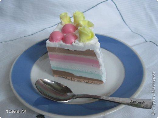 """На день рождения своей приятельницы захотелось ей подарить что-то необычное. Выбор пал на создание мыльного тортика. До этого никогда тортов из мыла не делала, поэтому этот тортик у меня пока первый и единственный. Торт состоит из 4 взбитых слоев, покрыт """"взбитыми сливками"""", ароматизирован шоколадом, вишней и капучино. Розочки, естественно, пахнут отдушкой """"роза"""". Может внешне торт получился не очень изысканным, но запах у него обалденный. Так и хотелось откусить кусочек. В общем, сюрприз удался, все решили, что торт самый настоящий. фото 4"""