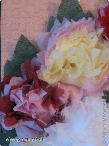 Здравствуй, Страна. Собирались с дочкой на прогулку, но неожиданная гроза нарушила наши планы. Думали мы думали как скоротать время и надумали. Цветы сложились в панно совсем неожиданно. Просто показывала дочке, как из салфеток сделать пионы. Все цветочки доченька сделала сама. Спасибо за мк ЛюлюкаЮ. фото 3
