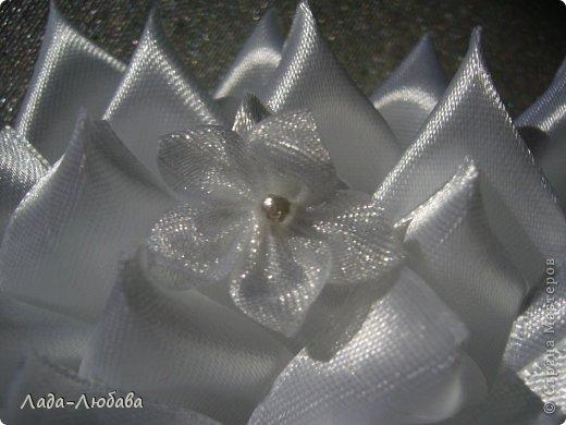 Коллеге на свадьбу решила сделать в качестве  презента такую подушечку (вдохновилась идеями здешних мастериц). В процессе работы появились другие идеи по оформлению, что придало вид, непохожий на предыдущие изделия. Что получилось - судите сами. фото 3