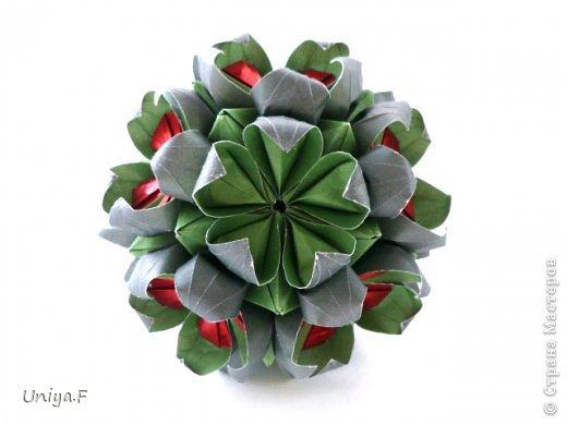 Всем большой привет!  Представляю участниц флешмоба: кусудаму от Екатерины и летучую мышку от Наташи.  Сделать Наташину кусудаму я не успеваю, так что ее с успехом заменит оригами-модель Наташиного же авторства.   Name: Passiflora curle  Designer: Ekaterina Lukasheva  Units: 30 ( www.kusudama.me/#/Passiflora/Passiflora-curly ) + 30 insert ( https://stranamasterov.ru/node/373744 )  Paper: 7*7 sm   Final height: 9 sm  Joint: glue  Bat by Natalia Romanenko http://kusudama.info/2012/10/halloween/  Модуль я слегка переделала, вывернула вершинки. Это дало 2 возможности собрать без клея. Но один способ крепления не подходил из-за того, что я планировала широко раскрыть лепестки. А второй не прошел из-за упрямства моего крафта. Небольшие уголки все время выскакивали. В итоге все равно клей. фото 4