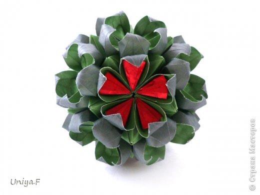 Всем большой привет!  Представляю участниц флешмоба: кусудаму от Екатерины и летучую мышку от Наташи.  Сделать Наташину кусудаму я не успеваю, так что ее с успехом заменит оригами-модель Наташиного же авторства.   Name: Passiflora curle  Designer: Ekaterina Lukasheva  Units: 30 ( www.kusudama.me/#/Passiflora/Passiflora-curly ) + 30 insert ( https://stranamasterov.ru/node/373744 )  Paper: 7*7 sm   Final height: 9 sm  Joint: glue  Bat by Natalia Romanenko http://kusudama.info/2012/10/halloween/  Модуль я слегка переделала, вывернула вершинки. Это дало 2 возможности собрать без клея. Но один способ крепления не подходил из-за того, что я планировала широко раскрыть лепестки. А второй не прошел из-за упрямства моего крафта. Небольшие уголки все время выскакивали. В итоге все равно клей. фото 5