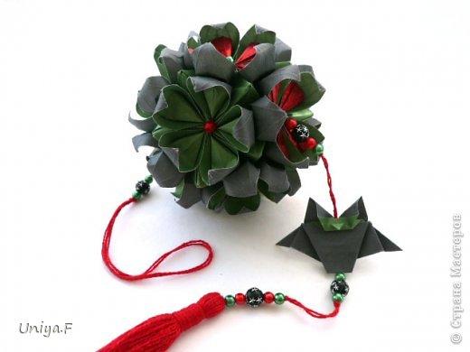 Всем большой привет!  Представляю участниц флешмоба: кусудаму от Екатерины и летучую мышку от Наташи.  Сделать Наташину кусудаму я не успеваю, так что ее с успехом заменит оригами-модель Наташиного же авторства.   Name: Passiflora curle  Designer: Ekaterina Lukasheva  Units: 30 ( www.kusudama.me/#/Passiflora/Passiflora-curly ) + 30 insert ( https://stranamasterov.ru/node/373744 )  Paper: 7*7 sm   Final height: 9 sm  Joint: glue  Bat by Natalia Romanenko http://kusudama.info/2012/10/halloween/  Модуль я слегка переделала, вывернула вершинки. Это дало 2 возможности собрать без клея. Но один способ крепления не подходил из-за того, что я планировала широко раскрыть лепестки. А второй не прошел из-за упрямства моего крафта. Небольшие уголки все время выскакивали. В итоге все равно клей. фото 8
