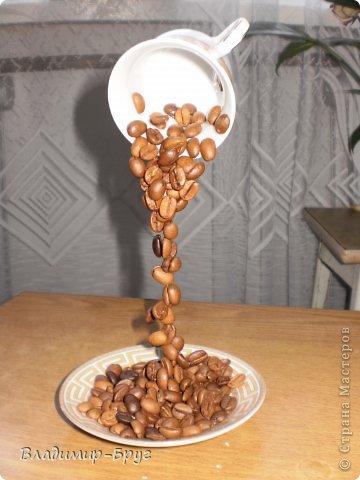 Сверляцца кофейные зерна дрелью маленьким сверлом. Стальная спица (здесь из зонтика)снизу загибается спиралью и клеется к блюдцу супер клеем Секунда. Зерна нанизываэтся на спицу и клеятся. фото 8