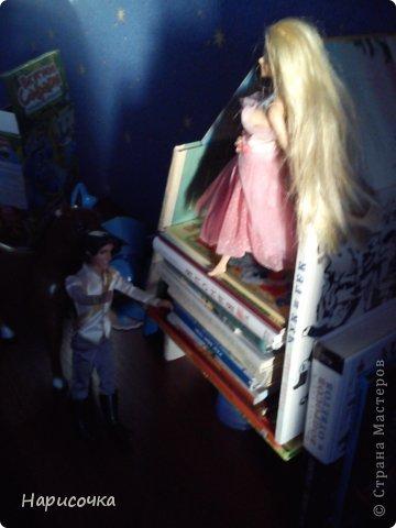 Привет!Сегодня я расскажу вам как перезагрузила я это платье.Не много расскажу... Это платье принадлежала куклу барби которую на день рождения в прошлом году в октябре выбрала моя сестра...Я была в шоке. У барби то и ни чего не было палочка со звёздочкой, сомкнутое пластмассовое колье (если его можно было так назвать).Даже расчёски не было. Помоему когда я была маленькая куклы и платья были красивей. Так вот чтоб добру не пропадать я решила померить его на Рапунцель ей не плохо подошло платье и я решила его переделать. Тут я его уже чуть чуть поправила.Мне показалось что оно будет красивей на одном плечике смотреться. Я отрезала по шву (ужасные) рукава. фото 14