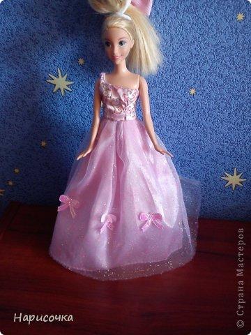 Привет!Сегодня я расскажу вам как перезагрузила я это платье.Не много расскажу... Это платье принадлежала куклу барби которую на день рождения в прошлом году в октябре выбрала моя сестра...Я была в шоке. У барби то и ни чего не было палочка со звёздочкой, сомкнутое пластмассовое колье (если его можно было так назвать).Даже расчёски не было. Помоему когда я была маленькая куклы и платья были красивей. Так вот чтоб добру не пропадать я решила померить его на Рапунцель ей не плохо подошло платье и я решила его переделать. Тут я его уже чуть чуть поправила.Мне показалось что оно будет красивей на одном плечике смотреться. Я отрезала по шву (ужасные) рукава. фото 1