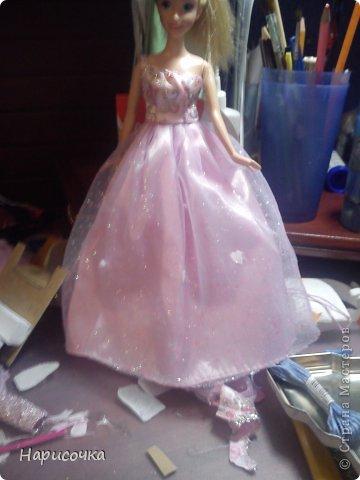 Привет!Сегодня я расскажу вам как перезагрузила я это платье.Не много расскажу... Это платье принадлежала куклу барби которую на день рождения в прошлом году в октябре выбрала моя сестра...Я была в шоке. У барби то и ни чего не было палочка со звёздочкой, сомкнутое пластмассовое колье (если его можно было так назвать).Даже расчёски не было. Помоему когда я была маленькая куклы и платья были красивей. Так вот чтоб добру не пропадать я решила померить его на Рапунцель ей не плохо подошло платье и я решила его переделать. Тут я его уже чуть чуть поправила.Мне показалось что оно будет красивей на одном плечике смотреться. Я отрезала по шву (ужасные) рукава. фото 2