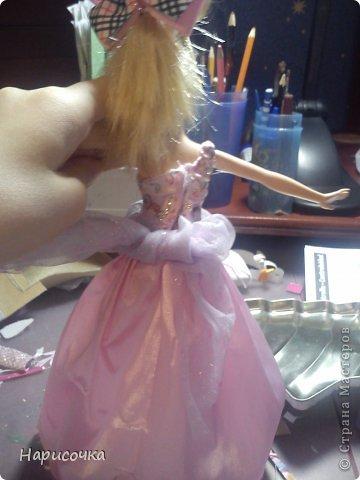 Привет!Сегодня я расскажу вам как перезагрузила я это платье.Не много расскажу... Это платье принадлежала куклу барби которую на день рождения в прошлом году в октябре выбрала моя сестра...Я была в шоке. У барби то и ни чего не было палочка со звёздочкой, сомкнутое пластмассовое колье (если его можно было так назвать).Даже расчёски не было. Помоему когда я была маленькая куклы и платья были красивей. Так вот чтоб добру не пропадать я решила померить его на Рапунцель ей не плохо подошло платье и я решила его переделать. Тут я его уже чуть чуть поправила.Мне показалось что оно будет красивей на одном плечике смотреться. Я отрезала по шву (ужасные) рукава. фото 3