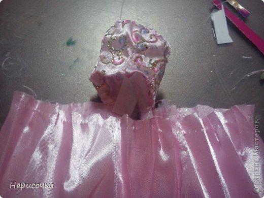 Привет!Сегодня я расскажу вам как перезагрузила я это платье.Не много расскажу... Это платье принадлежала куклу барби которую на день рождения в прошлом году в октябре выбрала моя сестра...Я была в шоке. У барби то и ни чего не было палочка со звёздочкой, сомкнутое пластмассовое колье (если его можно было так назвать).Даже расчёски не было. Помоему когда я была маленькая куклы и платья были красивей. Так вот чтоб добру не пропадать я решила померить его на Рапунцель ей не плохо подошло платье и я решила его переделать. Тут я его уже чуть чуть поправила.Мне показалось что оно будет красивей на одном плечике смотреться. Я отрезала по шву (ужасные) рукава. фото 4