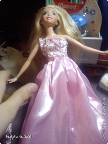 Привет!Сегодня я расскажу вам как перезагрузила я это платье.Не много расскажу... Это платье принадлежала куклу барби которую на день рождения в прошлом году в октябре выбрала моя сестра...Я была в шоке. У барби то и ни чего не было палочка со звёздочкой, сомкнутое пластмассовое колье (если его можно было так назвать).Даже расчёски не было. Помоему когда я была маленькая куклы и платья были красивей. Так вот чтоб добру не пропадать я решила померить его на Рапунцель ей не плохо подошло платье и я решила его переделать. Тут я его уже чуть чуть поправила.Мне показалось что оно будет красивей на одном плечике смотреться. Я отрезала по шву (ужасные) рукава. фото 5