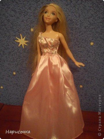 Привет!Сегодня я расскажу вам как перезагрузила я это платье.Не много расскажу... Это платье принадлежала куклу барби которую на день рождения в прошлом году в октябре выбрала моя сестра...Я была в шоке. У барби то и ни чего не было палочка со звёздочкой, сомкнутое пластмассовое колье (если его можно было так назвать).Даже расчёски не было. Помоему когда я была маленькая куклы и платья были красивей. Так вот чтоб добру не пропадать я решила померить его на Рапунцель ей не плохо подошло платье и я решила его переделать. Тут я его уже чуть чуть поправила.Мне показалось что оно будет красивей на одном плечике смотреться. Я отрезала по шву (ужасные) рукава. фото 6