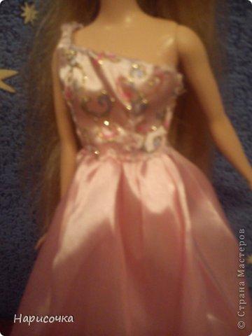 Привет!Сегодня я расскажу вам как перезагрузила я это платье.Не много расскажу... Это платье принадлежала куклу барби которую на день рождения в прошлом году в октябре выбрала моя сестра...Я была в шоке. У барби то и ни чего не было палочка со звёздочкой, сомкнутое пластмассовое колье (если его можно было так назвать).Даже расчёски не было. Помоему когда я была маленькая куклы и платья были красивей. Так вот чтоб добру не пропадать я решила померить его на Рапунцель ей не плохо подошло платье и я решила его переделать. Тут я его уже чуть чуть поправила.Мне показалось что оно будет красивей на одном плечике смотреться. Я отрезала по шву (ужасные) рукава. фото 7