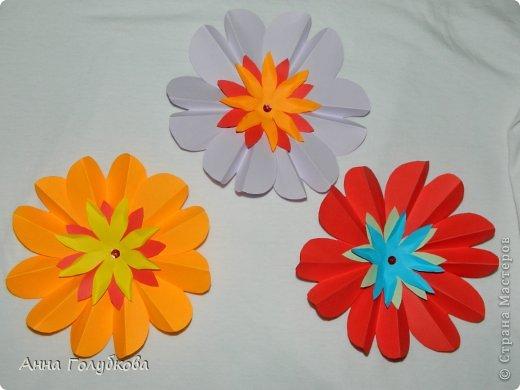 Делала на выпускной сыну цветочки и бабочек для украшения группы. Всего ушло листов 150 цветной бумаги. Цветов получился вагон и маленькая тележка. Цветочки из сердечек фото 1