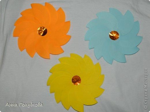 Делала на выпускной сыну цветочки и бабочек для украшения группы. Всего ушло листов 150 цветной бумаги. Цветов получился вагон и маленькая тележка. Цветочки из сердечек фото 4