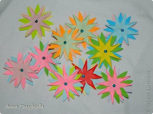 Делала на выпускной сыну цветочки и бабочек для украшения группы. Всего ушло листов 150 цветной бумаги. Цветов получился вагон и маленькая тележка. Цветочки из сердечек фото 5