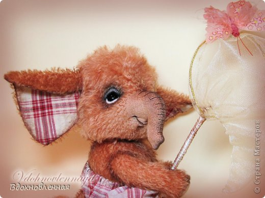 Маленький слоненок, как все детки, очень любит бегать по летней лужайке, ловить красивых бабочек, рассматривать их и конечно же отпускает фото 2