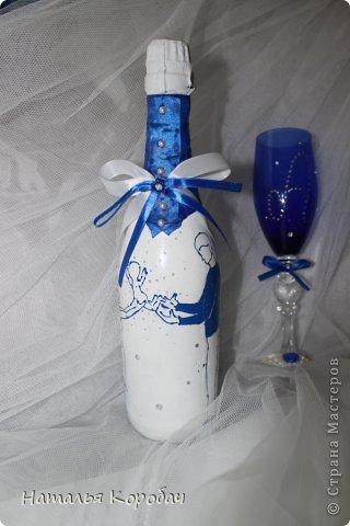 Представляю Вам на обозрение набор, который я сделала по заказу сестры ...Дизайн выбран по ее желанию, с некоторыми моими поправками)) Состав - две бутылки, два бокала и свеча для семейного очага. фото 3
