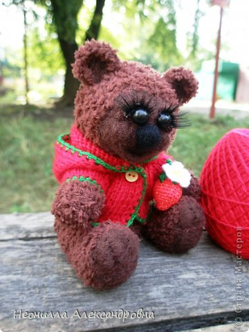 Я испытываю сильную страсть к вязанию медведей))) Решила сделать серию мишек-Сладкоежек в одном стиле. И первым лотом серии будет Клубничка. фото 1