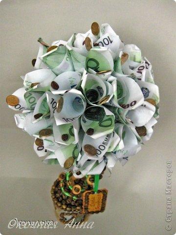 """Топиарий """"Денежный""""  Материалы:  Сувенирные денежные купюры номиналом по 100 евро,  кофейные зерна,  монетки настоящие по 10 копеек,  на горшочке 4 монетки настоящих евроцента  Высота 45 см фото 2"""