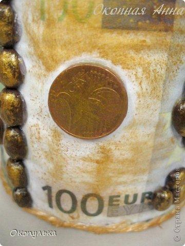 """Топиарий """"Денежный""""  Материалы:  Сувенирные денежные купюры номиналом по 100 евро,  кофейные зерна,  монетки настоящие по 10 копеек,  на горшочке 4 монетки настоящих евроцента  Высота 45 см фото 3"""