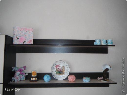 Вот такие полки у меня расположились над телевизором. На верхней будут стоять 3 скрап-альбома дочери. Ну и возможно яблочки к ним переедут. фото 1