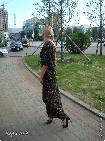 Всем привет!!! Покажу вам новое платье, тропическое крылышко. Почему-то расцветка напоминает тропики ночью, яркие пятнышки экзотических птиц и насекомых в темноте... Увидев эту ткань поняла, что платью с крылом суждено появиться. Хотя до этого оно просто нравилось, но для себя не думала его шить. Сделав выкройку стала раскладывать на ткани и ..... 4 часа плясала около них, пытаясь совместить рисунок, который не никак не хотел поддаваться. В итоге решив будь, что будет вырезала как легло. Ну, а сшила буквально за два дня с перерывами. фото 2