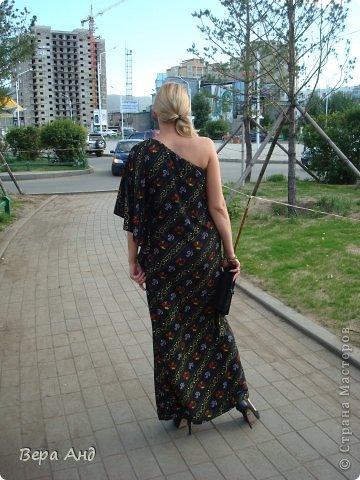 Всем привет!!! Покажу вам новое платье, тропическое крылышко. Почему-то расцветка напоминает тропики ночью, яркие пятнышки экзотических птиц и насекомых в темноте... Увидев эту ткань поняла, что платью с крылом суждено появиться. Хотя до этого оно просто нравилось, но для себя не думала его шить. Сделав выкройку стала раскладывать на ткани и ..... 4 часа плясала около них, пытаясь совместить рисунок, который не никак не хотел поддаваться. В итоге решив будь, что будет вырезала как легло. Ну, а сшила буквально за два дня с перерывами. фото 3