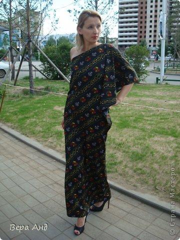 Всем привет!!! Покажу вам новое платье, тропическое крылышко. Почему-то расцветка напоминает тропики ночью, яркие пятнышки экзотических птиц и насекомых в темноте... Увидев эту ткань поняла, что платью с крылом суждено появиться. Хотя до этого оно просто нравилось, но для себя не думала его шить. Сделав выкройку стала раскладывать на ткани и ..... 4 часа плясала около них, пытаясь совместить рисунок, который не никак не хотел поддаваться. В итоге решив будь, что будет вырезала как легло. Ну, а сшила буквально за два дня с перерывами. фото 5