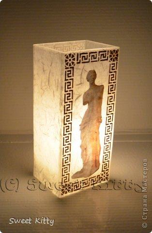 """Всем доброго утра! Предлагаю вместе со мной попробовать задекорировать обычную, ничем не примечательную стеклянную вазу из ИКЕА рисовой бумагой, создать объемный меандр и придать нашему изделию греческий шик. Но сначала немного о том, что такое меандр и с чем его едят. МЕА́НДР (греч. maiandros, лат. meander; meatus — """"движение, течение, круговорот"""") — в античном искусстве — мотив орнамента геометрического стиля, образуемый ломаной под прямым углом линией либо спиральными завитками. По одной из версий, элемент этого орнамента происходит от изображения капкана, охотничьей ловушки для зверя. На этом основании меандр считают разновидностью лабиринта. И я предлагаю побродить со мной в этом лабиринте греческого искусства, где сочетаются простейшие геометрические формы и изысканные и сложнейшие в исполнении статуи богов, с анатомической точностью передающие каждую деталь, каждый изгиб тела. фото 19"""