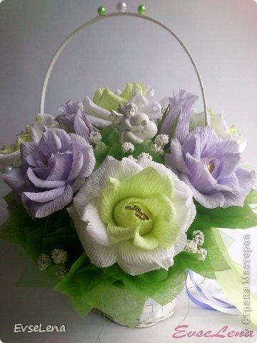Здравствуйте! Нынче я к Вам с очередной корзинкой с розами (их часто заказывают!) Это был заказ на свадьбу! Приятного просмотра!   Что шепчут розы по утру, Проснувшись утренней порою? Благодарят свою судьбу, И состояние покоя?  За красоту мы любим розы, Их дивный запах, аромат За радость, что приносят людям, Им дарят, мимолетный взгляд! Автор О.Есин фото 1