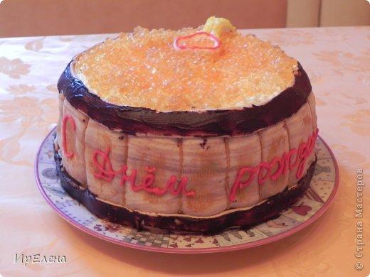"""Этот торт я подглядела у Тулуповой Натали https://stranamasterov.ru/node/580380 . Пекла на День рождения мужу. Только внутри я использовала рецепт фруктового пирога (два коржа), между коржами сметанный крем. Снаружи бочонок сделан из сахарной мастики, неравномерно подкрашенной порошком какао (чтобы была имитация дерева). Я раскатала сплошной пласт, которым обернула торт, и уже на нём стекой обозначила досочки. Верхний и нижний """"ободы""""  сделаны из расплющенной колбаски из мастики и раскрашены шоколадным сахарным карандашом. Ложка также вылеплена из мастики. Красная икра - апельсиновое желе, изготовление описано в рецепте у Натали Тулуповой. фото 1"""