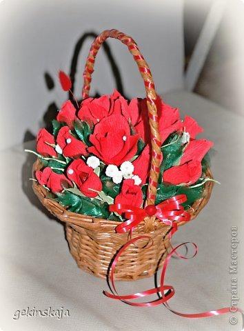 Скажу сразу, времени описывать все нет(т.к. маленькие дети....), всех, всех рада видеть! Заказали две корзинки с розами конфетными, по 15 розочек, одна с белыми, другая с красными, все просто, бери да плети. фото 1