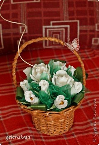 Скажу сразу, времени описывать все нет(т.к. маленькие дети....), всех, всех рада видеть! Заказали две корзинки с розами конфетными, по 15 розочек, одна с белыми, другая с красными, все просто, бери да плети. фото 2