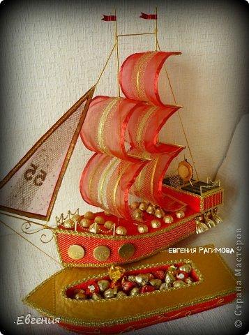 """...Ветра попутного парусу алому, ясного неба над головой Пусть все невзгоды, печали, тревоги в море уносит волной!.....  Здравствуйте дорогие мастерицы!!!!!!!Давно вынашивала идею изготовления корабля,но как-то не было подходящего случая,и вот я решилась-для дорогого папули смастерить корабль с презентом внутри,как никак ЮБИЛЕЙ!!!!!!! Налюбовавшись разнообразными кораблями в СМ и за её пределами начался творческий процесс.  Отдельно хотелось бы поблагодарить Леночку Коноплёву  https://stranamasterov.ru/node/582383 вдохновилась её кораблём """"Золотая мечта""""  , а идею спрятать презент во внутрь корабля позаимствовала у Натальи Устиновой (sovusha)   http://gallery.ru/watch?ph=bc5h-ekMwg  девочки,спасибо вам за великолепные работы!!!!!!!!!!!!! фото 5"""