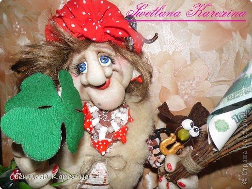 Ягуля - фитотерапЭвт........четырехлистник нашла на удачу......а верная подруга Каркуша золотую подковку на счастье (Каркуша выполнена в стиле чердачной игрушки.......) фото 1