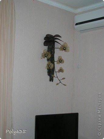 Доброго времени суток! Сделала вот такую ветку орхидеи. МК цветов здесь https://stranamasterov.ru/node/529254. Стебель - проволока обмотанная салфетками. Листья - фактурные обои, крашенные кофе растворимый +ПВА. Кора настоящая, сверху салфетки на ПВА (укрепила). Размер коры 72 см.  фото 6