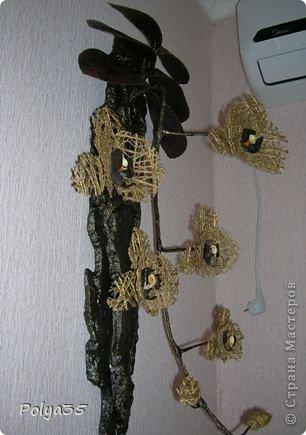 Доброго времени суток! Сделала вот такую ветку орхидеи. МК цветов здесь https://stranamasterov.ru/node/529254. Стебель - проволока обмотанная салфетками. Листья - фактурные обои, крашенные кофе растворимый +ПВА. Кора настоящая, сверху салфетки на ПВА (укрепила). Размер коры 72 см.  фото 2