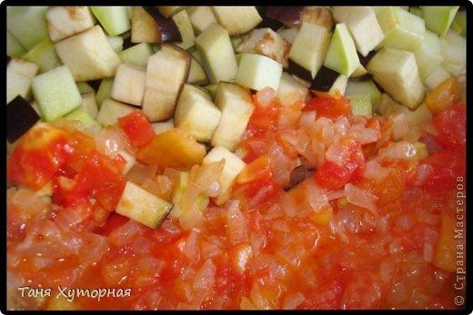 Тортилья - испанское блюдо, что-то среднее между запеканкой и омлетом. В её составе всегда есть картофель и яйца.  Ингредиенты: - картофель (средний) - 5-6 шт. - кабачок (средний) - 1 шт. - баклажан (средний) - 1 шт. - помидор - 2 шт. - лук (крупный) - 1 шт. - яйцо - 4-5 шт. - сыр твёрдый - 100 г. - соль фото 6