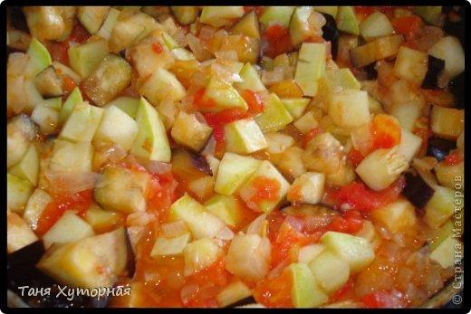 Тортилья - испанское блюдо, что-то среднее между запеканкой и омлетом. В её составе всегда есть картофель и яйца.  Ингредиенты: - картофель (средний) - 5-6 шт. - кабачок (средний) - 1 шт. - баклажан (средний) - 1 шт. - помидор - 2 шт. - лук (крупный) - 1 шт. - яйцо - 4-5 шт. - сыр твёрдый - 100 г. - соль фото 7