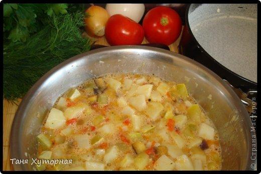 Тортилья - испанское блюдо, что-то среднее между запеканкой и омлетом. В её составе всегда есть картофель и яйца.  Ингредиенты: - картофель (средний) - 5-6 шт. - кабачок (средний) - 1 шт. - баклажан (средний) - 1 шт. - помидор - 2 шт. - лук (крупный) - 1 шт. - яйцо - 4-5 шт. - сыр твёрдый - 100 г. - соль фото 10