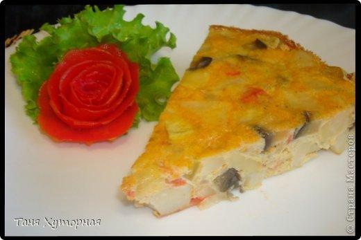 Тортилья - испанское блюдо, что-то среднее между запеканкой и омлетом. В её составе всегда есть картофель и яйца.  Ингредиенты: - картофель (средний) - 5-6 шт. - кабачок (средний) - 1 шт. - баклажан (средний) - 1 шт. - помидор - 2 шт. - лук (крупный) - 1 шт. - яйцо - 4-5 шт. - сыр твёрдый - 100 г. - соль фото 12