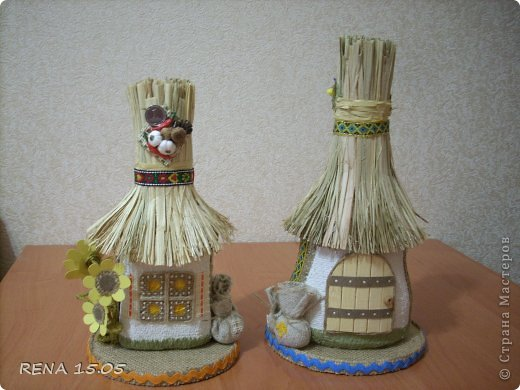 Гости нашей страны уезжая, стараются захватить с собой какие-то сувениры в национальном стиле. Сегодня у меня две работы, это бутылки стилизованные под украинские хатки-мазанки, они одновременно сделанны как обереги. фото 13