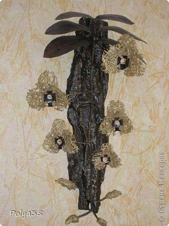Доброго времени суток! Сделала вот такую ветку орхидеи. МК цветов здесь https://stranamasterov.ru/node/529254. Стебель - проволока обмотанная салфетками. Листья - фактурные обои, крашенные кофе растворимый +ПВА. Кора настоящая, сверху салфетки на ПВА (укрепила). Размер коры 72 см.  фото 5